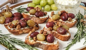Crostini with roasted red and green grapes